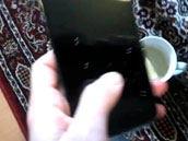老外做Nexus 4开箱不慎手滑 机子泡汤